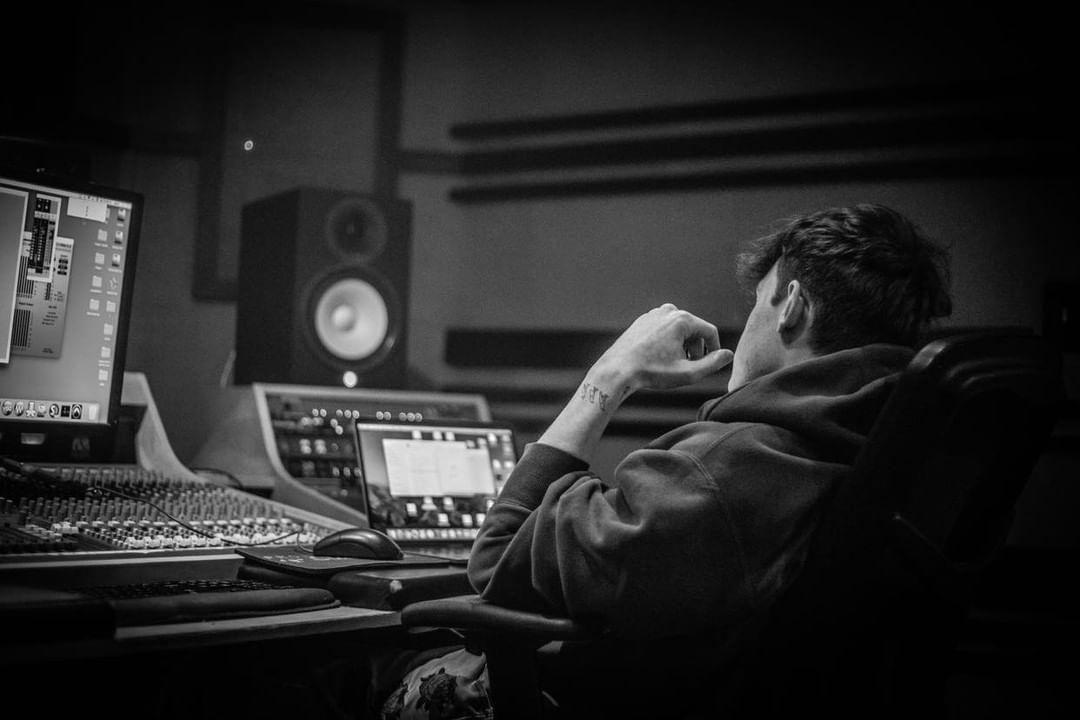 Matthias Ringleb aka Slim Pharaoh im Studio an seinen Beats arbeitend